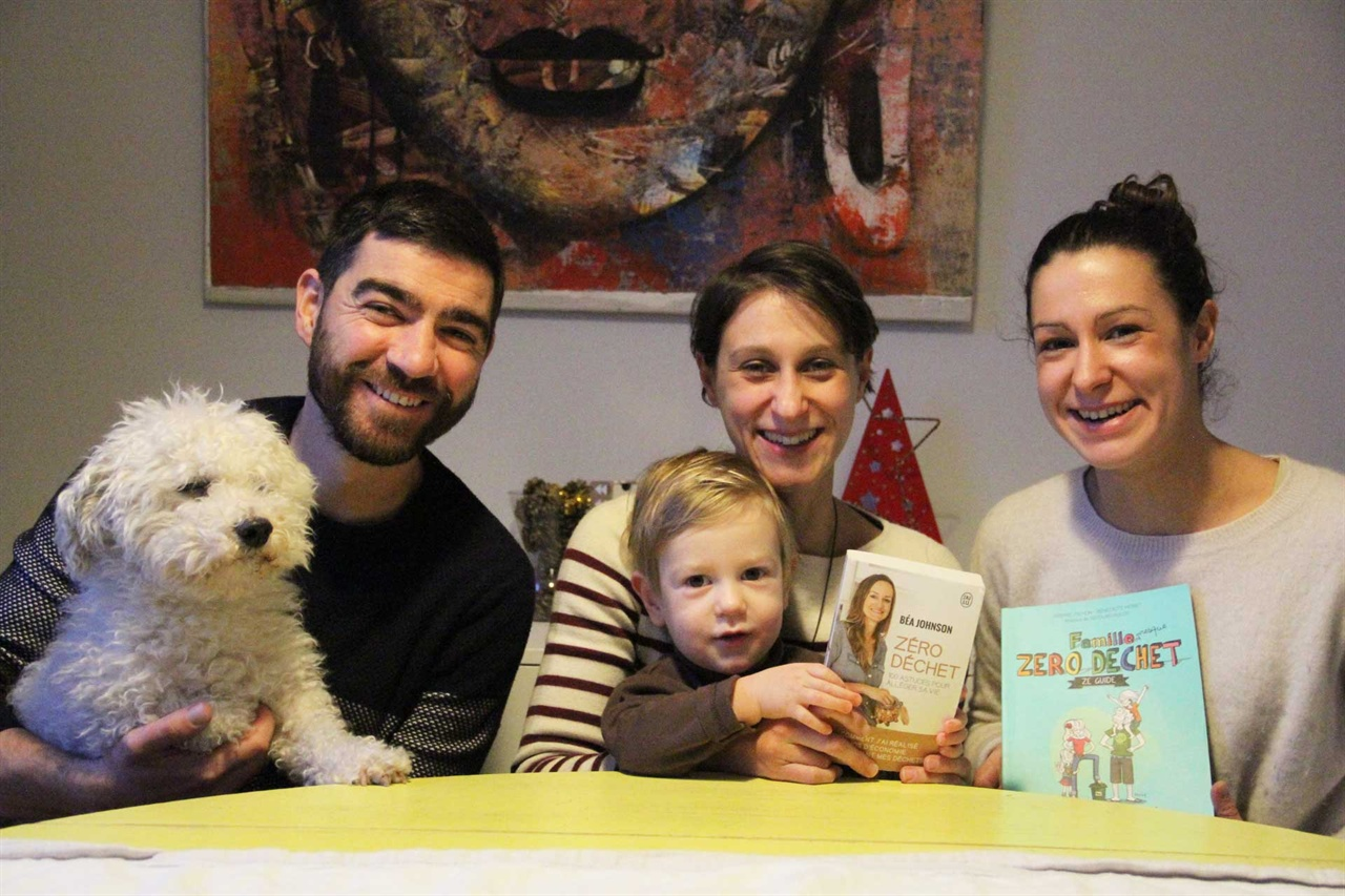 미카엘의 가족 사진 왼쪽부터 강아지 바리, 미카엘, 아내 산드라, 아들 라파엘, 처제 폴린. 산드라가 들고 있는 책은 재미 프랑스 사람인 베아 존슨이 쓴 '쓰레기 제로'이고, 폴린이 들고 있는 책은 '쓰레기 제로 가족'이다.