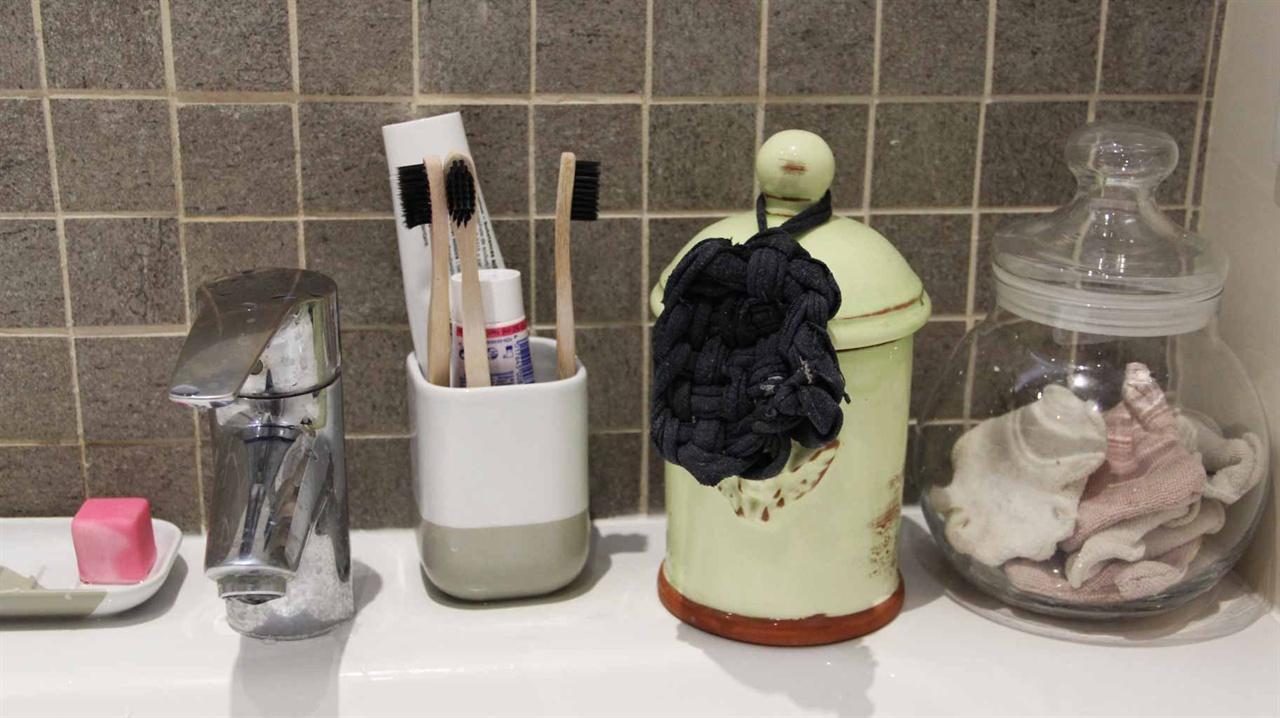 미카엘의 욕실 사진 왼쪽부터 수제 비누, 플라스틱이 아니라 대나무와 식물성 플라스틱으로 만든 칫솔 (머리 부분은 갈아끼울 수 있음), 유기농 치약, 안 입는 옷을 잘라서 만든 수세미들.