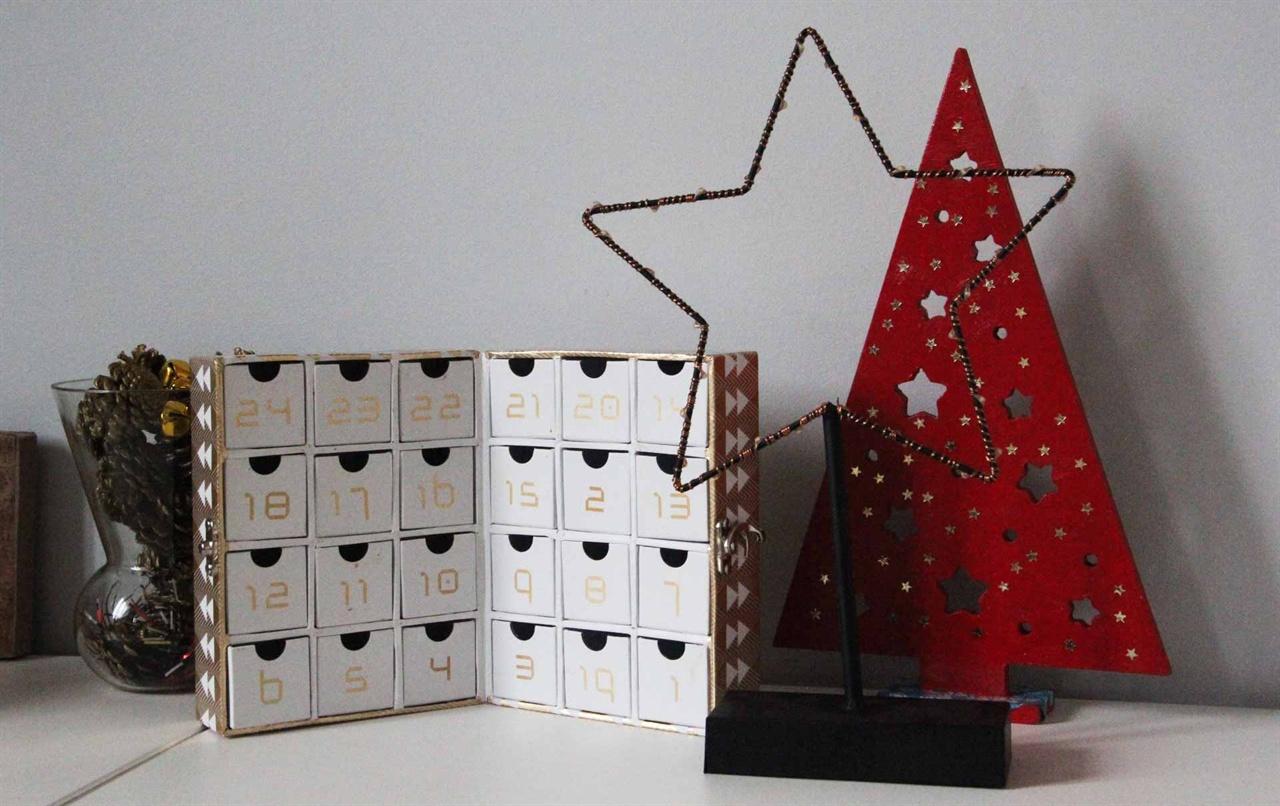 폴린이 만든 크리스마스 선물 폴린이 조카 라파엘을 위해서 재활용으로 만든 크리스마스 선물. 1부터 24까지 12월1일부터 24일까지 하나씩 열 수 있게 만든 달력이다. 크리스마스를 기다리면서 한 개씩 열어볼 수 있게 만든 이런 달력을 프랑스에서는 '깔렁드리에 드 라벙'이라고 부른다. 보통 안에 사탕이나 초콜렛을 하나씩 넣어 놓는다.