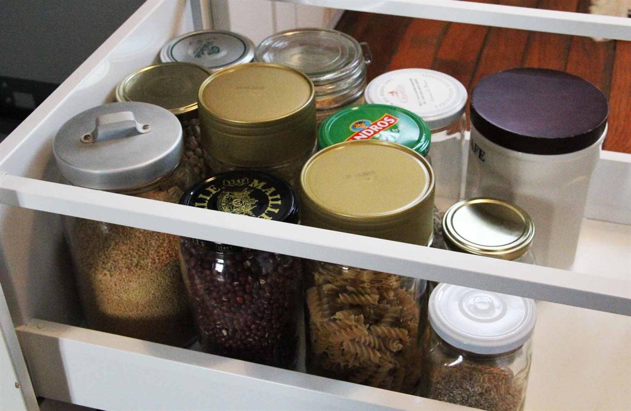 식료품 담아오는 병들 장을 볼 때, 이런 빈 병을 들고 가서 담아온다. 병의 무게만큼 가격에서 제한다.