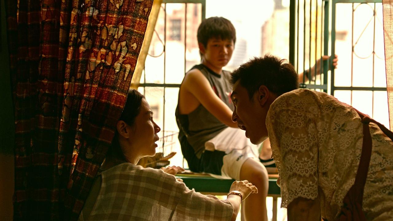 무거운 소재들을 완화시켜 말랑말랑하게 이야기를 진행시키는 힘이 있는 영화. 영화 <나의 EX>의 한 장면.