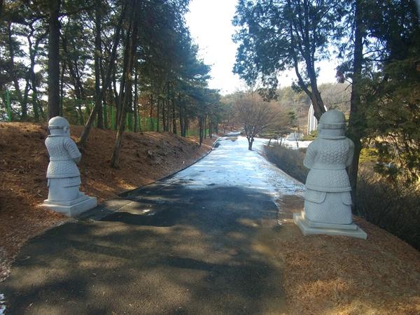 제2장군 묘역 입구에서 바라본 '대한독립군무명용사위령탑' 모습.