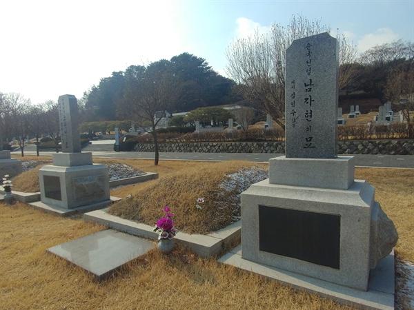 순국선열 남자현 선생의 묘에서 바라본 친일파 무덤. 사진 속 좌측 소나무가 우거진 곳이다.