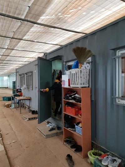 비닐하우스 안에 있는 이주노동자 숙소 컨테이너를 기숙사로 이용하는 이주노동자 숙소