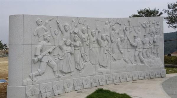 여수 이순신공원 항일독립운동기념탑에 팔이 잘린 윤형숙 열사의 부조물이 그날의 참상을 증언 하고 있다