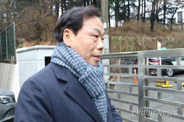 이완영 자유한국당 국회의원이 정치자금법 위반 혐의로 대구고법 항소심에서 원심과 같은 의원직 상실형이 선고된 후 법원을 빠져나가고 있다.