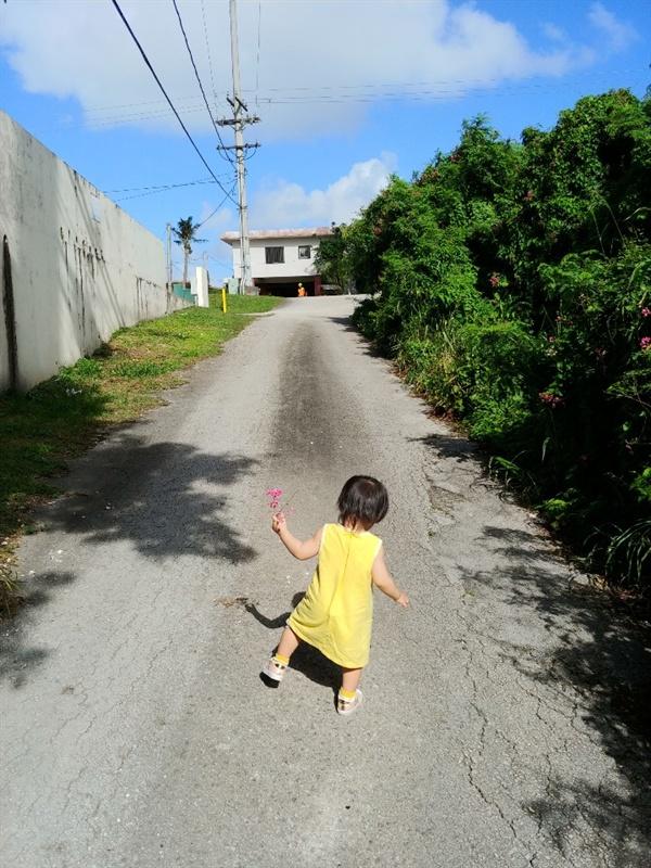 괌의 골목길. 시간을 거슬러 온 듯 정겹고 투박하다.