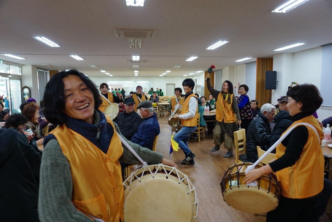 <달맞이 걸궁 와수다> 2월 19일 제주도 난산리에서 축제가 벌어졌다. 사진은 본 무대에 앞서 풍물로 시작하는 모습. 모두 행복한 표정을 짓고 있다.