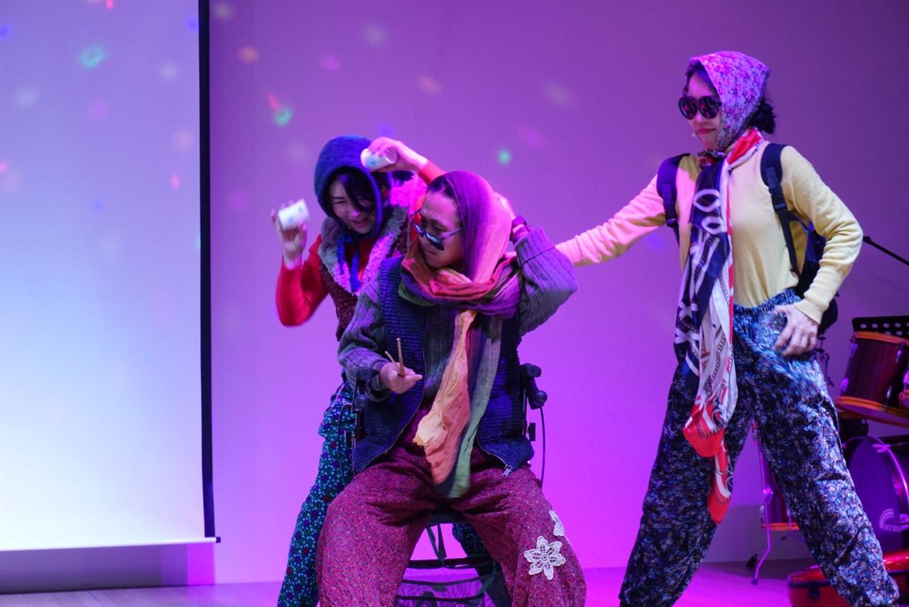 <달맞이 걸궁 와수다> 2월 19일. 정월대보름을 맞아 난산리에서 축제가 벌어졌다. 사진은 '방탕할망단'의 공연 모습.