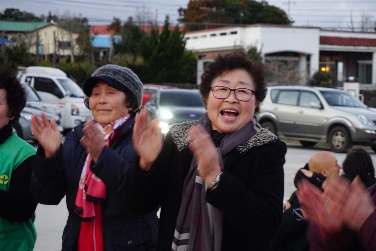 <달맞이 걸궁 와수다> 2월 19일. 정월대보름 날. 마을에서 축제가 벌어졌다. 풍물, 기타 공연, 첼로 공연, 강강술래 등 마을의 안녕을 기원하는 행사가 벌어진 것이다. 사진은 행복한 표정을 짓고 있는 마을 주민의 모습이다.