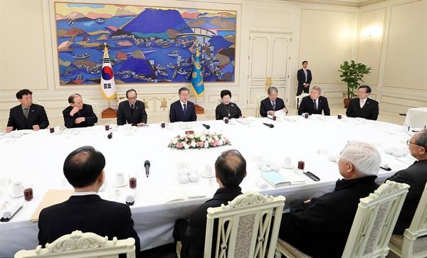 문재인 대통령이 20일 5.18 민주화운동 관련 광주지역 원로 인사들을 만났다.