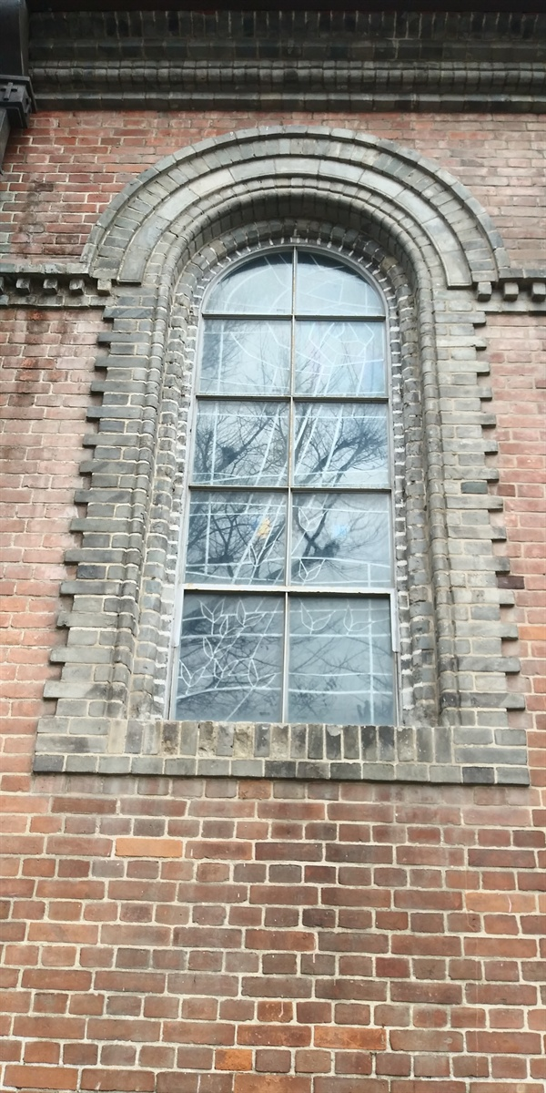 밖에서 보면 색이 보이지 않는 스테인드글라스 유럽식은 밖에서 색이 보이지 않는다.  성당 안에서 빛이 비추는 스테인드글라스는 성소 안에서는 빛조차 변한다는 의미를 가졌다.