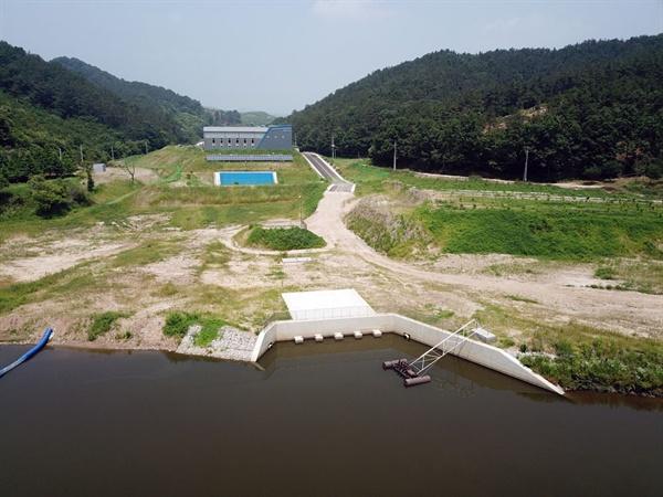 충남 서북부 지역에 42년 만에 가뭄이 발생하여 1100억 원의 사업비가 투입 28km 길이로 백제보 상류 백제양수장에서 예당저수지로 공급되는 도수로가 건설됐다. 이 양수장은 가뭄에 따른 재난 시 금강홍수통제소의 허가를 받아 가동된다.