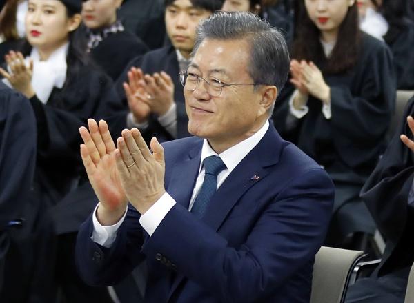 문재인 대통령이 21일 오전 경기도 부천시 유한대학교에서 열린 졸업식에 참석하여 학생들의 졸업을 축하하며 박수치고 있다