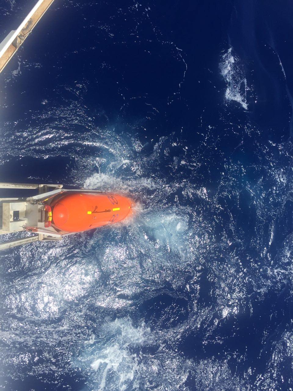 시베드 컨스트럭터호에서 무인잠수정을 바다 속에 넣고 있다.