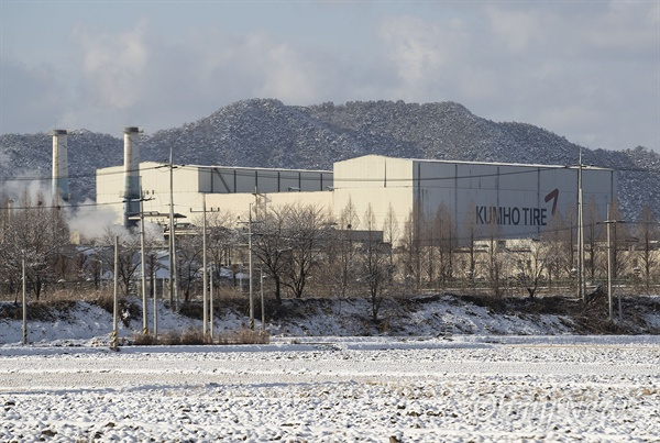 곡성 금호타이어 공장은 중국 기업 매각 이후 공장 가동률이 낮아지면서 고용불안과 지역경제 전반에 영향을 미치고 있다.