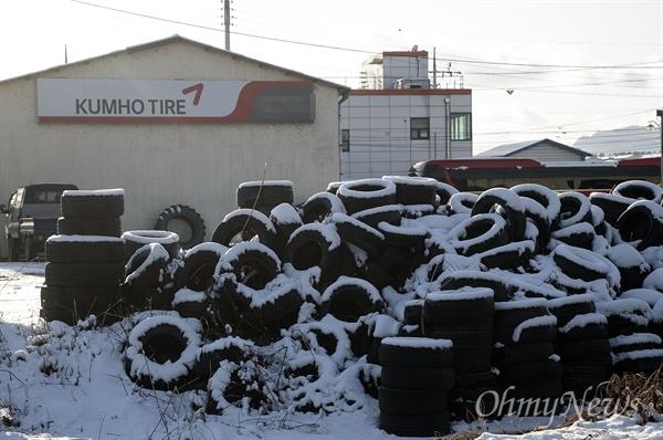 31일 전라남도 곡성군 입면에 위치한 한 자동차 정비센터에 타이어가 수북히 쌓여 있다.