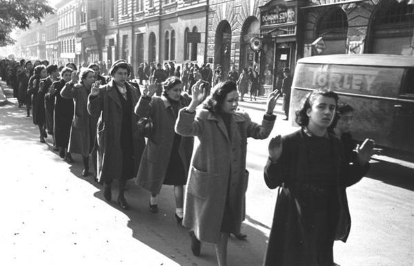 1944년 헝가리에서 체포된 유대인 여성들.