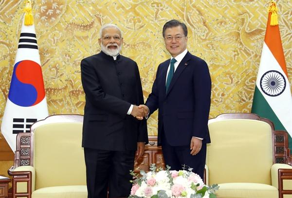 문재인 대통령과 나렌드라 모디 인도 총리가 22일 오전 청와대에서 단독 정상회담을 열기에 앞서 악수하고 있다.