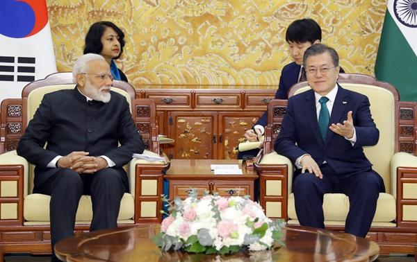 문재인 대통령과 나렌드라 모디 인도 총리가 22일 오전 청와대에서 단독 정상회담을 열고 있다.