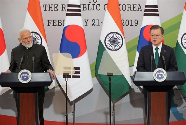 문재인 대통령이 22일 오후 청와대에서 열린 공동기자회견에서 국빈 방문한 나렌드라 모디 총리와 가진 정상회담 결과를 발표하고 있다.