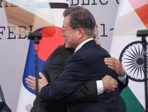 문재인 대통령과 나렌드라 모디 인도 총리가 22일 오후 청와대에서 열린 한·인도 정상 공동기자회견을 마친 뒤 포옹하고 있다.