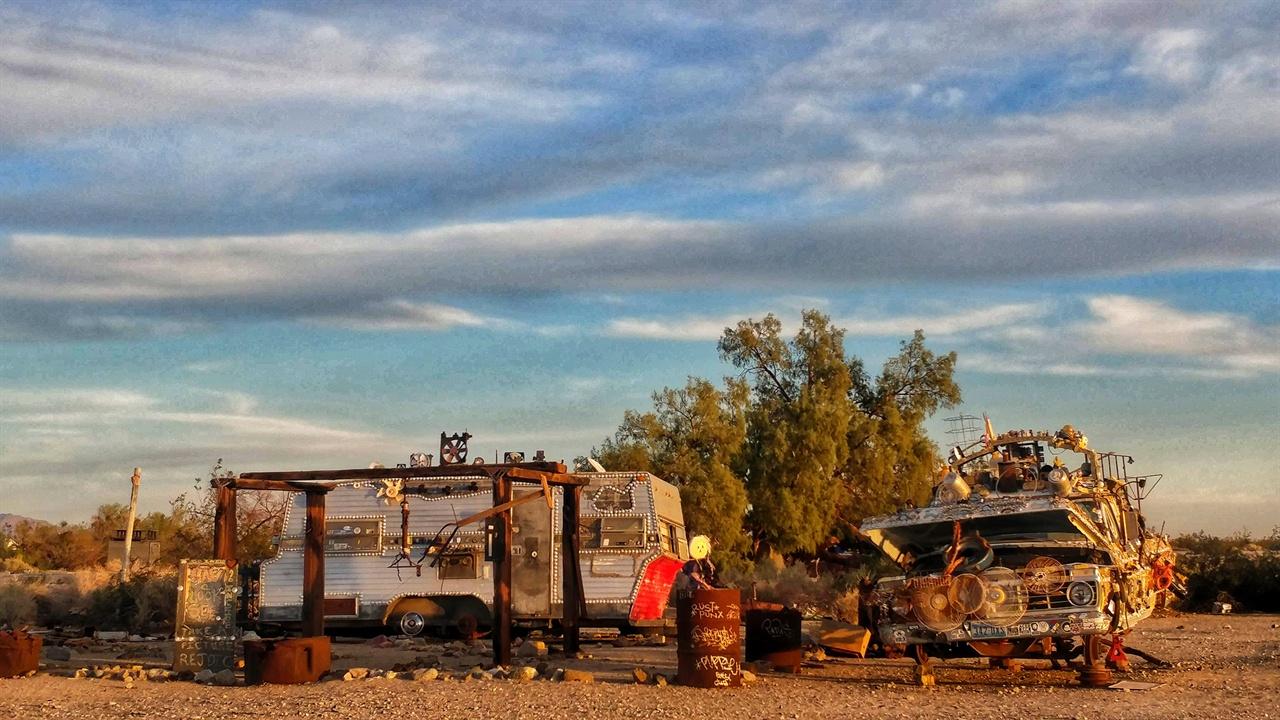 사막에서 자라는 키 작은 덤불을 사이에 두고 레저차와 폐차가 세워져 있다. 히피들은 이런 차량들에 래커 스프레이로 낙서를 하고 고물을 이용해 조형물을 만든다.
