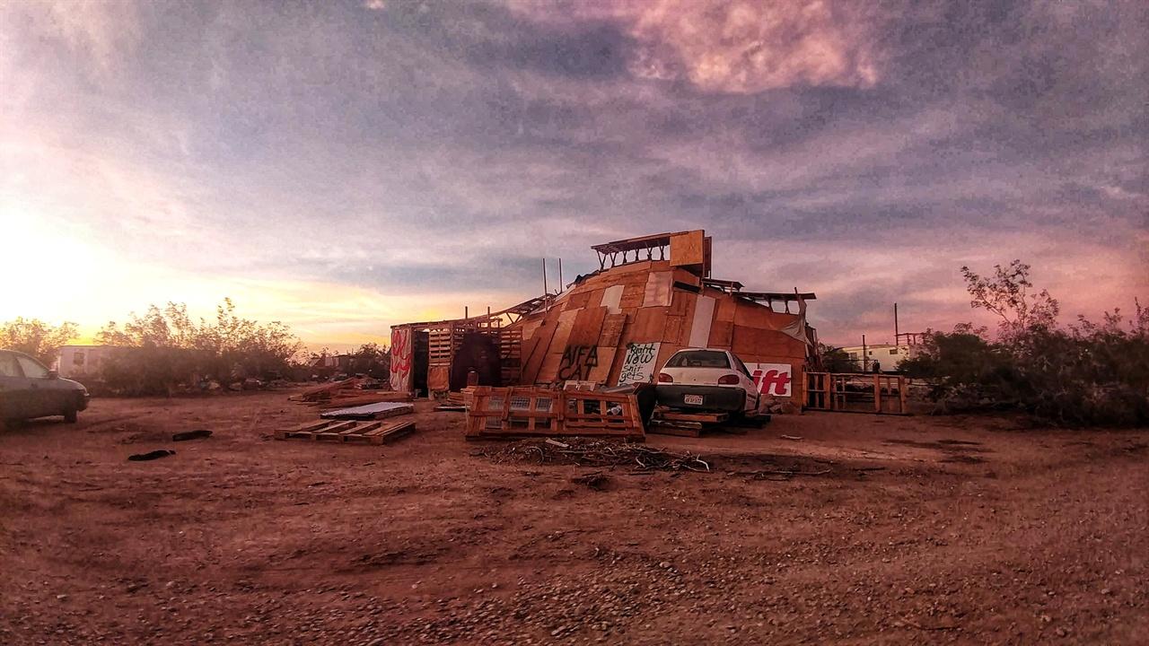 판자로 지어진 기하학적 집. 사막지대라 여름에도 그늘만 만들면 꽤 쾌적하게 지낼 수 있다.