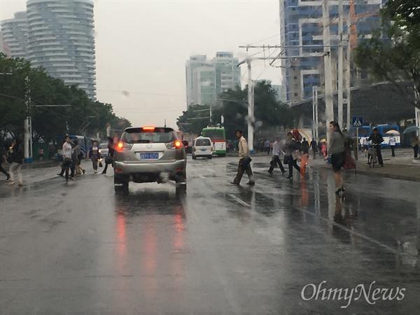 비 내리는 평양 시내의 모습.
