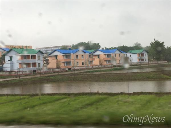 평안남도의 농가. 기와집보다는 타운하우스식 건축물이 많이 세워졌다.