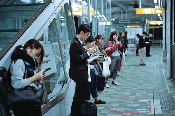 게임에 집중한 사람의 스마트폰을 모셔 든 두 손은 점점 앞사람의 어깨에?자리를 잡는다. 그리고 양손으로?열심히?조작을 한다.