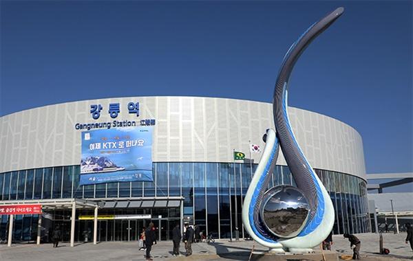 강릉시가 10억원을 들여 공모 제작한 '태양을 품은 강릉' 조형물이 KTX강릉역사 앞에 설치돼 있다.