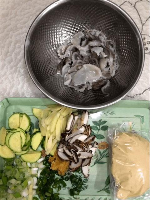 수제비 재료 수제비에 들어갈 주꾸미, 밀가루 반죽, 애호박 등등 재료입니다.