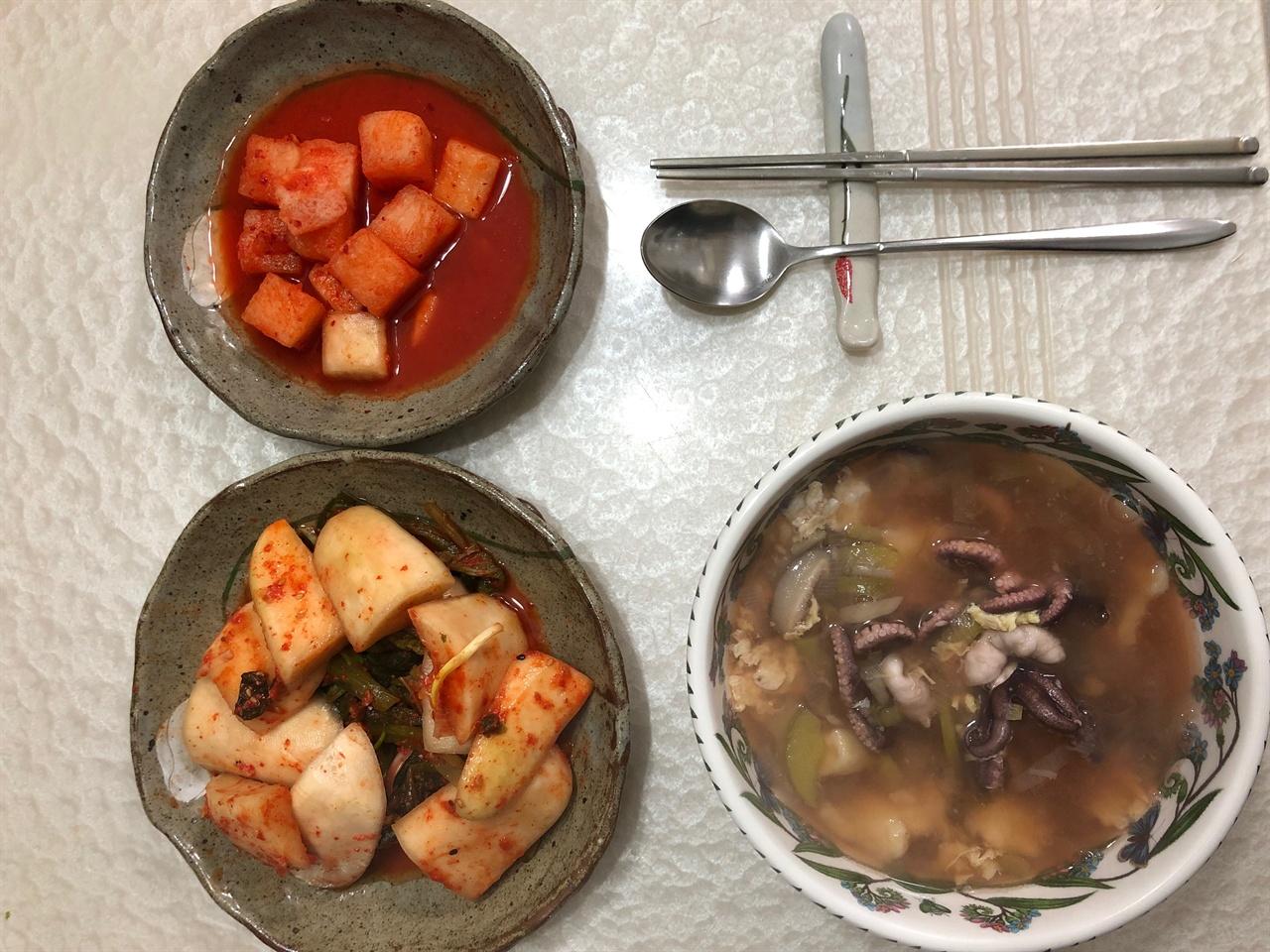 주꾸미 수제비 갓김치와 깍두기와 함께 차려낸 주꾸미 수제비 식탁입니다.