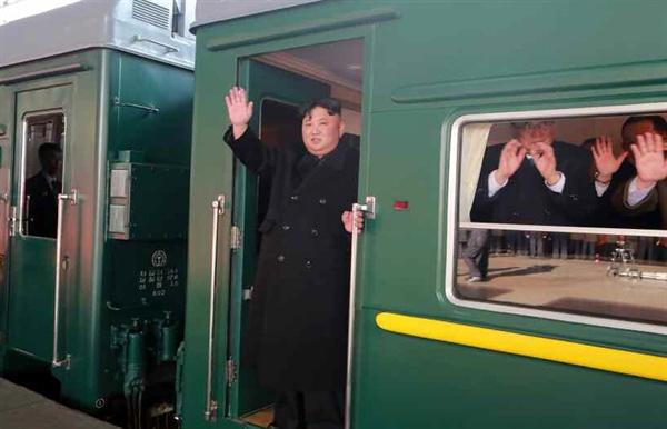 북한 노동당 기관지 노동신문은 24일 김정은 국무위원장이 제2차 북미정상회담이 열릴 베트남 하노이로 출발했다는 기사를 사진과 함께 1면에 게재했다. 사진은 평양을 출발하기 위해 전용열차에 올라타 손을 흔드는 김 위원장의 모습.