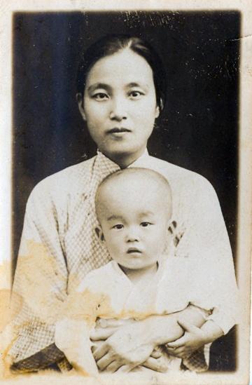 어머니 정정화 독립지사와 아들 김자동(1929년)