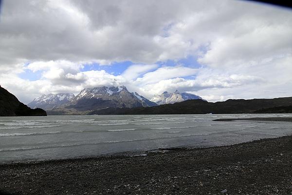 멋진 모습이 있다기에 나섰지만 골바람이 너무 세서 돌아왔다. 호수에 이는 파도를 보면 토레스 델 파이네 골바람이 얼마나 센지를 짐작할 수 있다. 파타고니아는 역시 바람의 땅이었다. 시간 여유가 있다면 바람을 맞으며 트레킹 코스를 돌아보고 싶었지만. 어디 세상사가 내 뜻대로만 되는가.