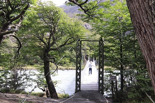 계곡을 건너는 다리로 한꺼번에 너무 많은 사람이 건너면 위험하다며 동시에 다리를 건널 수있는 인원을 제한하고 있었다.
