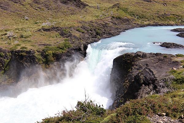만년설이 녹아 흘러내린 물이 엄청나게 쏟아지는  살토 그란데(Salto Grande) 폭포