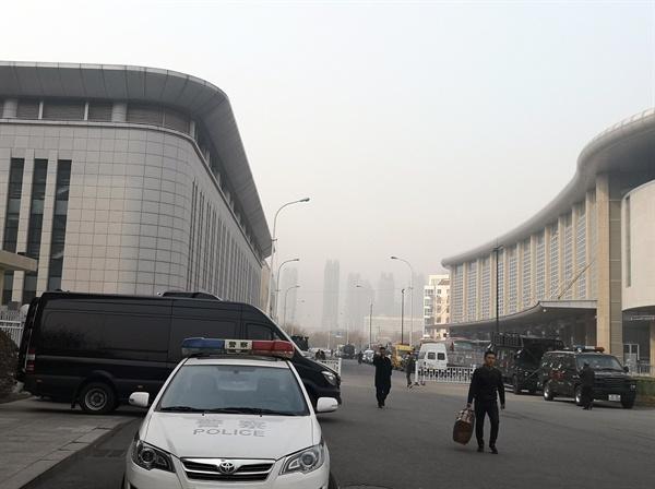 김정은 북한 국무위원장이 지난 23일 2차 북미정상회담을 위해 북한 특별열차를 이용해 하노이로 향한 가운데 톈진역 부근에 공안 수백명이 배치돼 삼엄한 경계를 서고 있다.