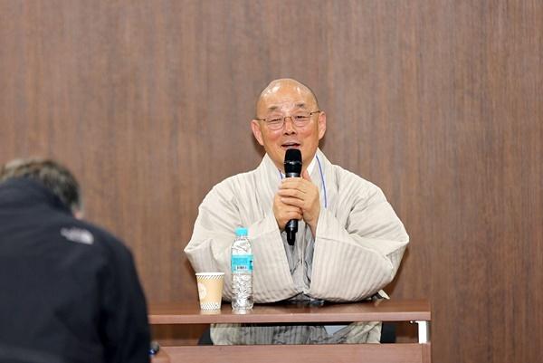 (사)평화의길 이사장인 명진스님이 23일 총회에서 인사말을 하고 있다.