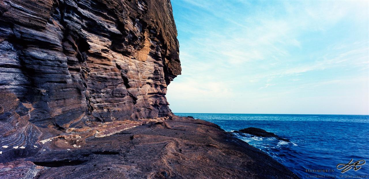 절벽과 바다 (SW612/Ektar100)응회암 절벽은 일반적인 퇴적 지층과 보다 풍화된 모양새가 다양하다.