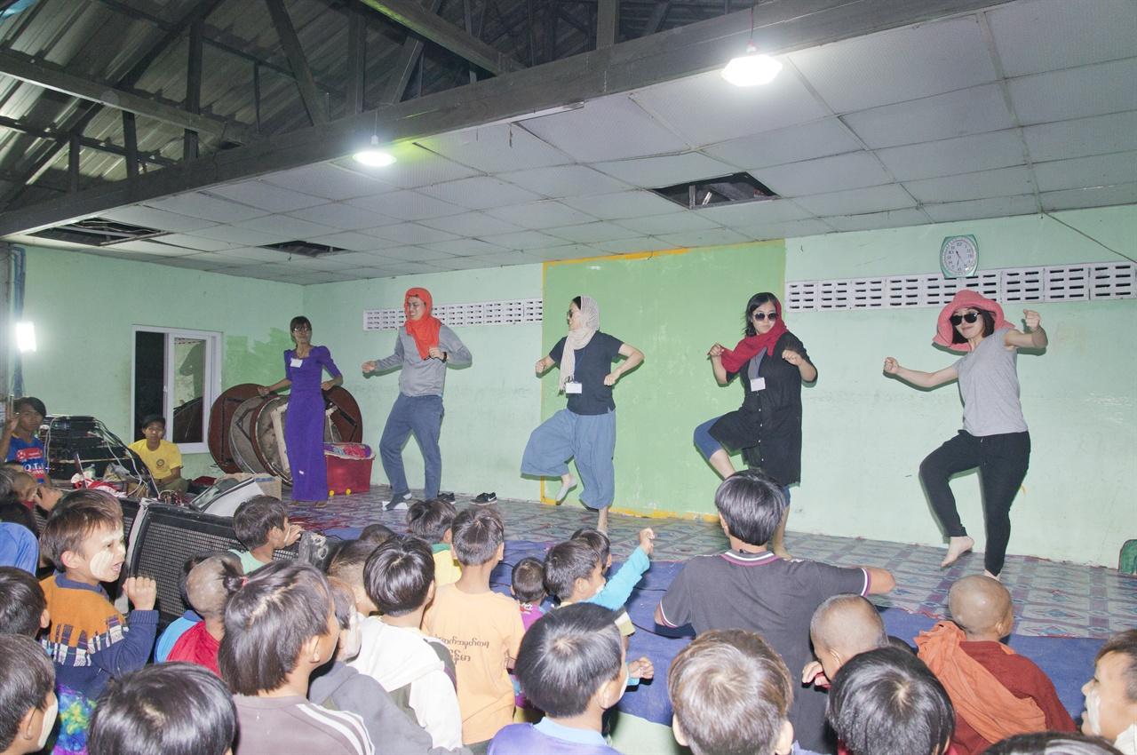 붐바스틱 한국봉사단의 신나는 댄스에 환호하는 아이들