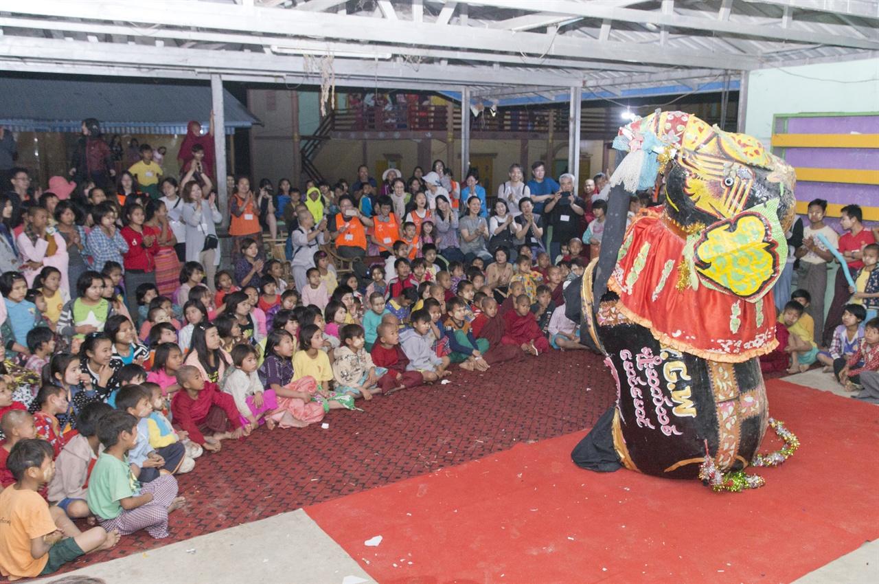 코끼리 춤 남학생 두 명이 연출한 미얀마 코끼리 전통 춤 -봉산탈춤과 비슷