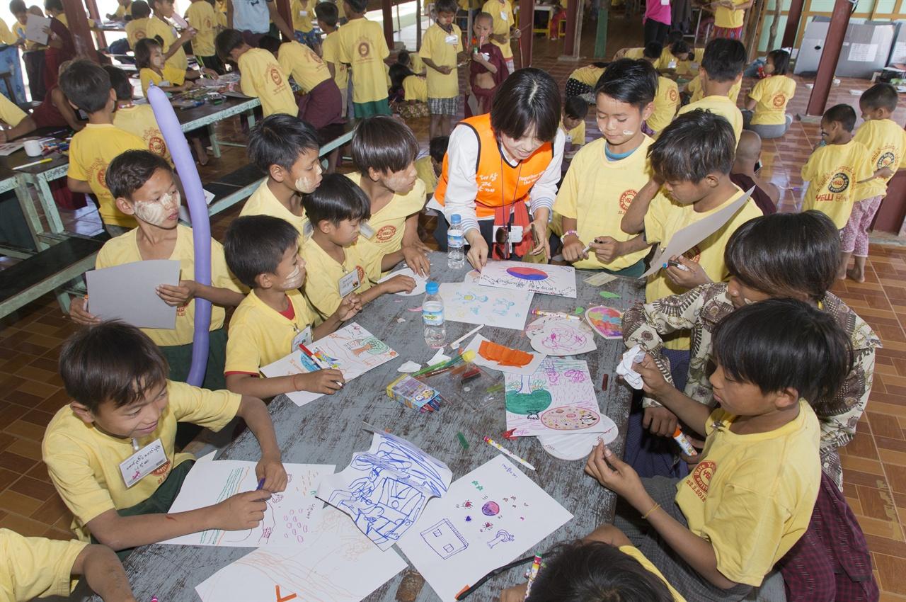 그림그리기  봉사단과 함께 그림을 그리는 아이들