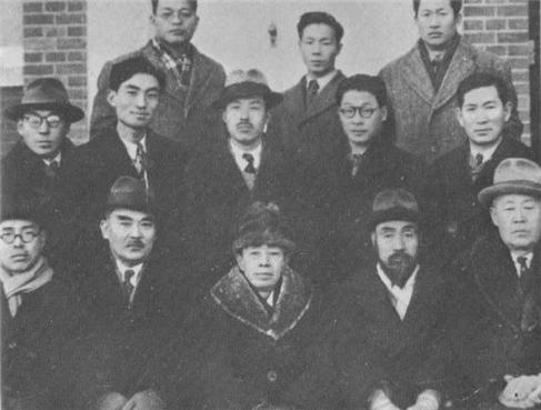 1946년 좌우합작위원회. 가운데가 김규식이고 오른쪽은 김붕준과 안재홍.