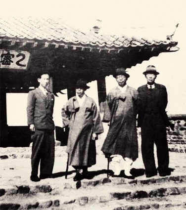 남북협상 기간 평양 을밀대에서 김규식(왼쪽 두번째)과 김구(오른쪽 두번째).