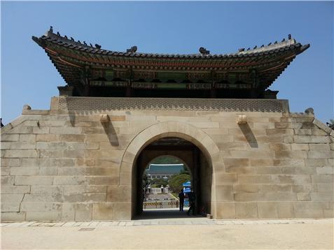 경복궁 북문인 신무문에서 본 청와대. 많은 중국 관광객이 청와대를 촬영하는 포토존이다.