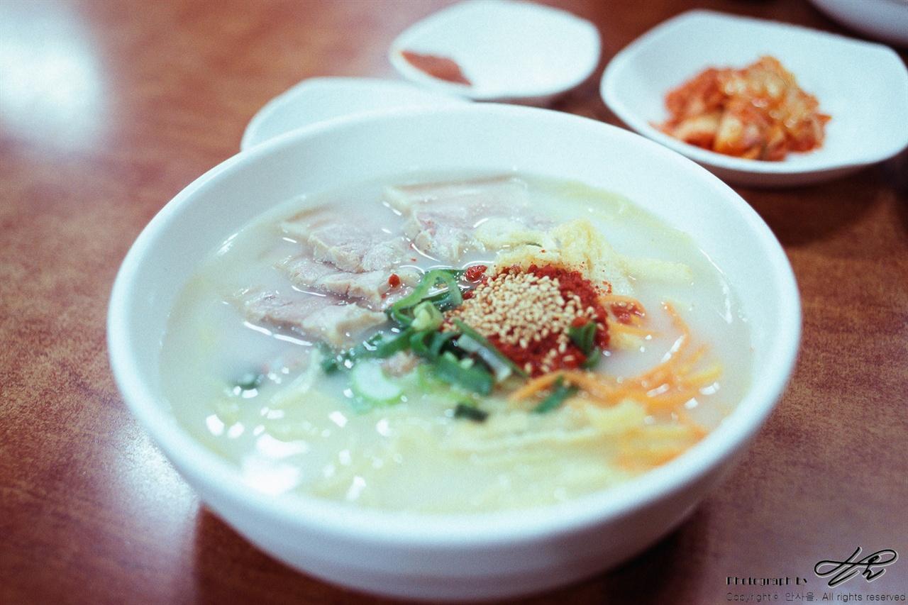 7천원짜리 고기국수 (LX/RHP3)고기의 양이 넉넉하여 한 그릇 만으로도 충분한 저녁 식사가 된다.