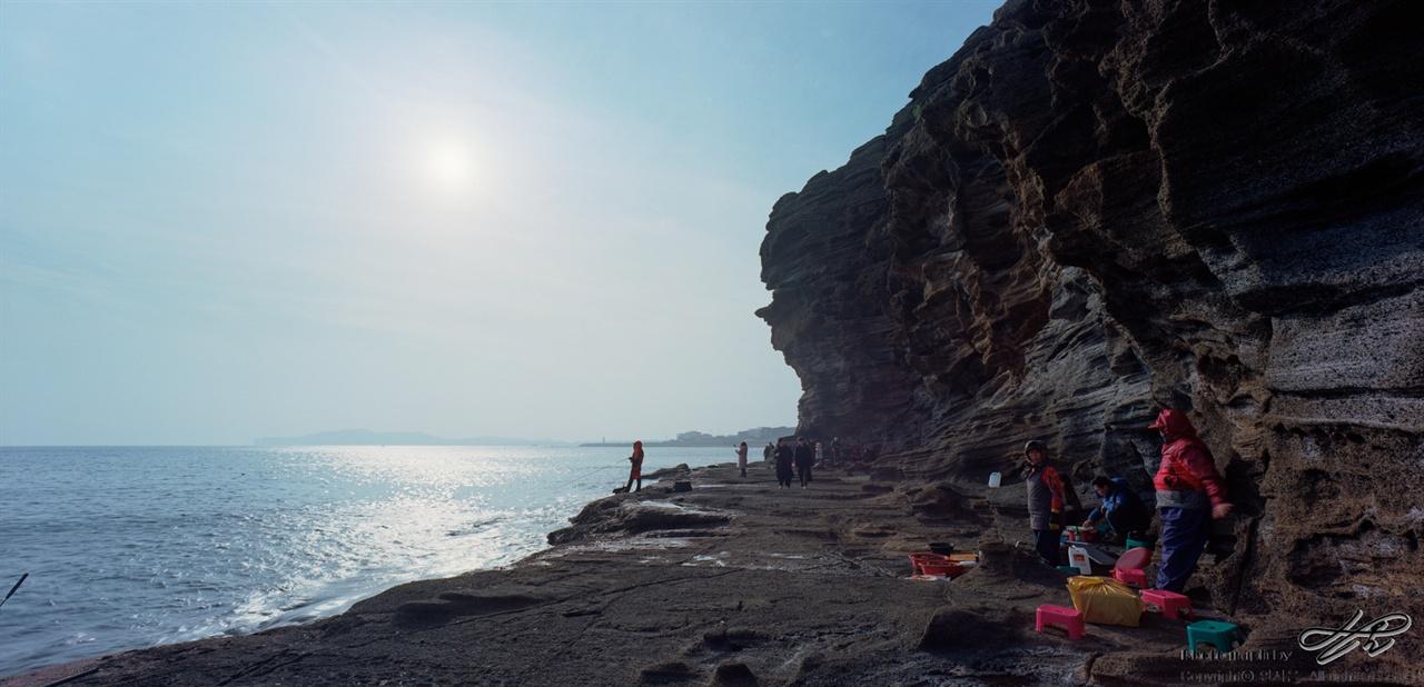 용머리해안(2) (SW612/Pro400H)간단한 해물을 파는 분들. 이 분들은 이미 용머리 풍경의 일부분이다. 호객행위 거의 없고, 있더라도 정겨운 수준.